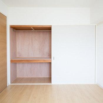 このお部屋にも、大きめの収納あり。
