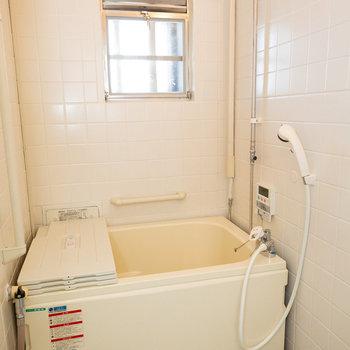 お風呂は追い焚き付きですよ。
