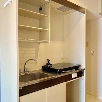 キッチン狭めですが収納もできます