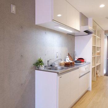 手前には冷蔵庫が置けそう。※写真は5階の同間取り別部屋のものです。