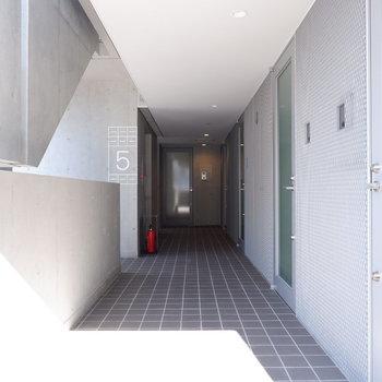 共有部廊下はスタイリッシュ&ゆったり仕様◎
