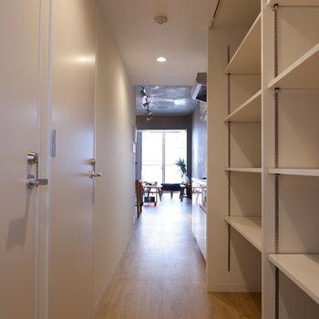 玄関入ると大容量のディスプレイ棚がキッチン横まで伸びています!