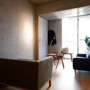 リビング側は贅沢にソファが2つ置けるくらいの広さ。