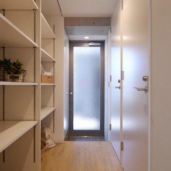 玄関扉がクリアになっていて光が入ります。