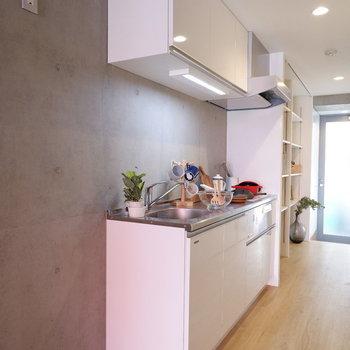 コンクリートと白いキッチンのバランスが良いです◎