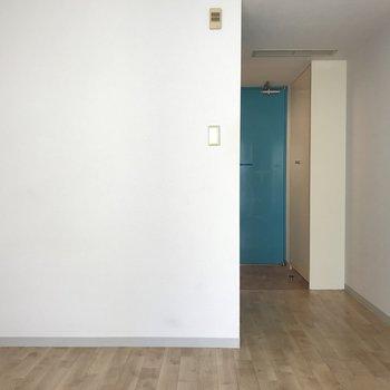 お部屋のドアも青色ですよ※写真は5階、同間取りの別部屋です。