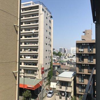 正面は建物になっています※写真は6階からの眺望です。