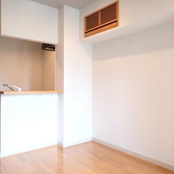 写真だとわかりづらいですが、灰色のアクセントクロスです。※写真は8階の同間取り別部屋のものです