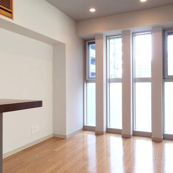 窓の多い特徴的な1DK。※写真は8階の同間取り別部屋のものです