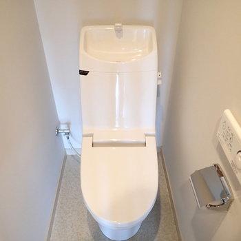 トイレも個室。しっかりウォシュレットつき。※写真は8階の同間取り別部屋のものです
