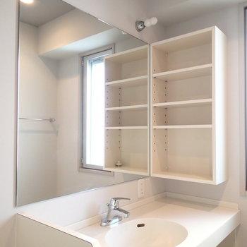 洗面台も大きい。収納もありがたい。※写真は8階の同間取り別部屋のものです