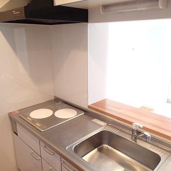 キッチンはこちら。カウンターもある2口ガスコンロです。※写真は8階の同間取り別部屋のものです