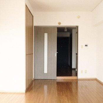 茶色の扉がモダン。※写真は9階の同間取り別部屋のものです