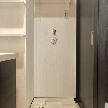 洗濯機はこちらに。壁紙が小花柄。