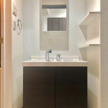 シンプル、横のラックがお気に入りの独立洗面台。