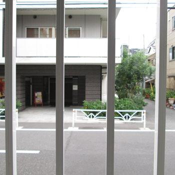 1階だけど、窓には格子付きなので視線を軽減。※写真は前回募集時のものです