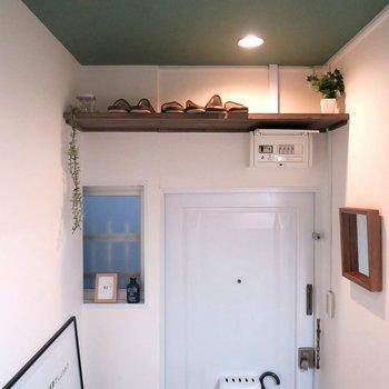 玄関収納も、上に棚も、壁に鏡も