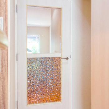 玄関の間に一枚扉。右のスペースに冷蔵庫置けます。