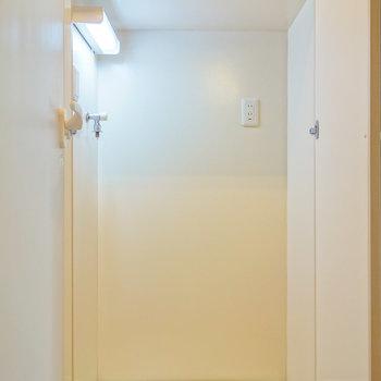 玄関部に普段は隠せる洗濯機置場。