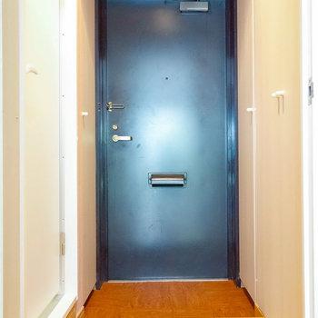 扉を開いて玄関スペース。左のドアを開いて・・・