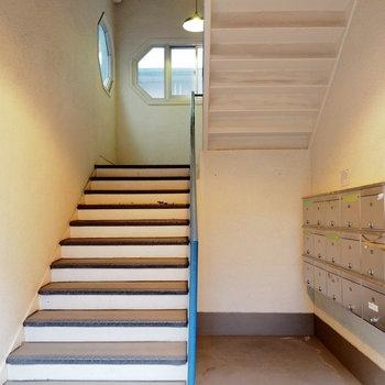 ポストは階段横です