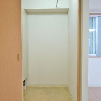 奥行きのある収納。温水器も収納の中にあります。※写真は6階の同間取りのもの