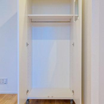 扉の内側に鏡あるのが嬉しい。お好きな場所へ移動させて使いましょう。※写真は前回募集時のものです