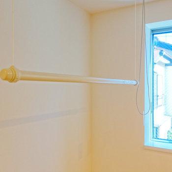 上階洋室の窓際で室内干しできますよ。※写真は前回募集時のものです