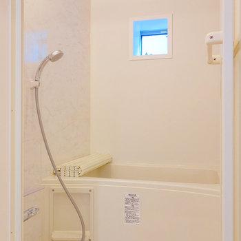 浴室にも小窓ありますよ。※写真は前回募集時のものです