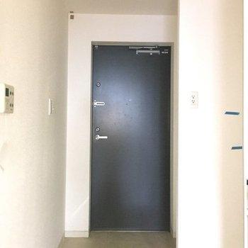 玄関前に洗濯機置場があります。(※写真は10階の同間取り、別部屋のものです)