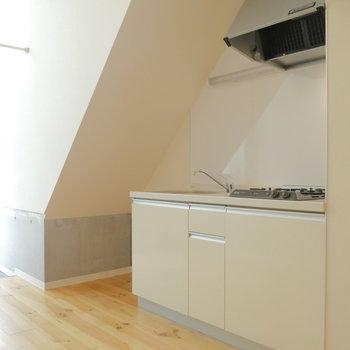 キッチンは空間活かして。※写真は1階の反転間取り別部屋のものです。
