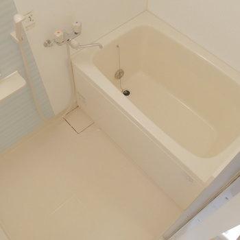 スカイブルーなお風呂には乾燥機能ついてます。※写真は1階の反転間取り別部屋のものです。
