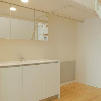 隣に洗面台。その奥のスペースに冷蔵庫置こうかな。※写真は1階の反転間取り別部屋のものです。