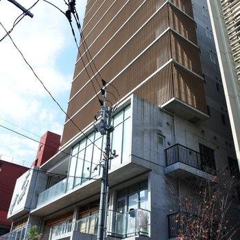 3階までは店舗が入ったマンション。2014年築でまだまだ綺麗。