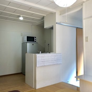【1階】キッチンには折りたたみ式のカウンター。