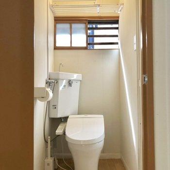 【1階】トイレも窓付きで明るく。