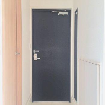 黒い扉の玄関がかっこいい。