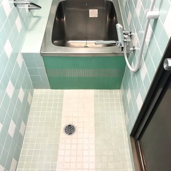 浴槽は小さめだけど洗い場は大きいしシャワーなら問題なし!