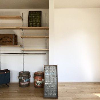 飾り棚とオープン収納。気になる方は突っ張り棒でカーテンを◎ (※写真の家具は見本です)