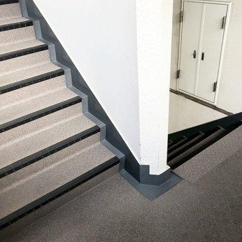 階段を登って3階まで。駅にも近いしいい運動だ!
