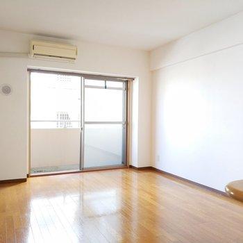光がふわぁっと系リビング。※写真は2階の同間取り別部屋のものです