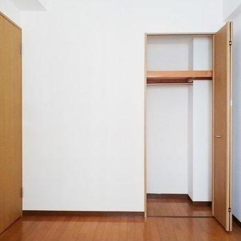 コンパクトなクローゼットもあってグッド!※写真は2階の同間取り別部屋のものです