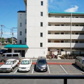眺望はマンションと駐車場になります。※写真は2階の別部屋からの眺望です