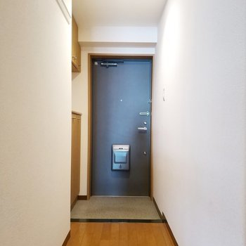 玄関はシンプルだけどオシャレなデザイン。※写真は2階の同間取り別部屋のものです