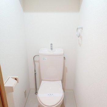 トイレは個室でナイスです!※写真は2階の同間取り別部屋のものです