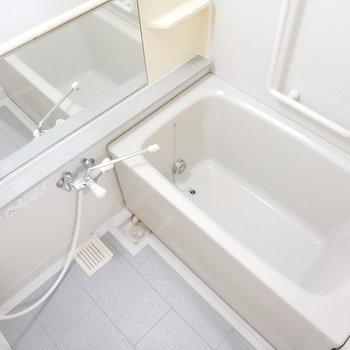 鏡面も幅広でゆったりした時間が過ごせそうな浴室!※写真は2階の同間取り別部屋のものです