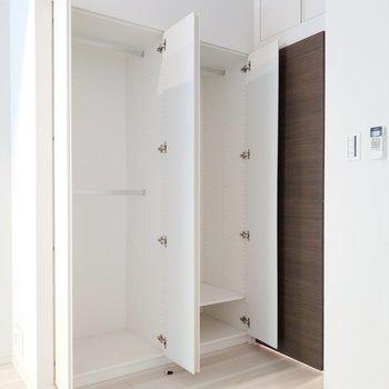クローゼットも2個で使い分けできます。※写真は8階の同間取り別部屋のものです