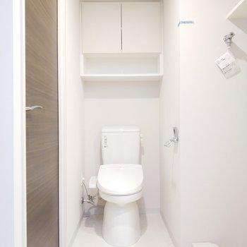 トイレの上にも収納あって便利!※写真は8階の同間取り別部屋のものです