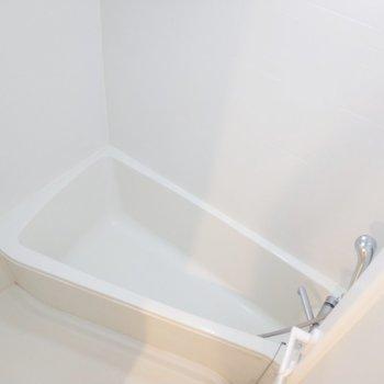 浴槽はちょっと変わった形。※写真は8階の同間取り別部屋のものです