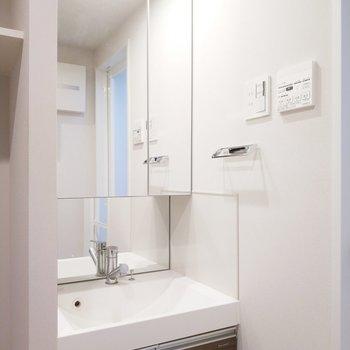 独立洗面台は大きくリッチに。※写真は8階の同間取り別部屋のものです